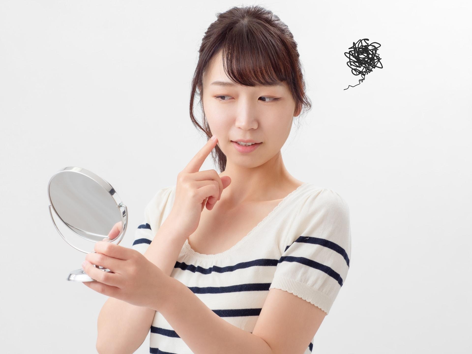 顔のシミはなぜできる?考えられる原因やメカニズムを解説