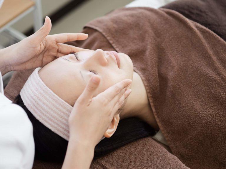 顔のしみを治すには?薄くなる仕組みやしみ治療のメリット